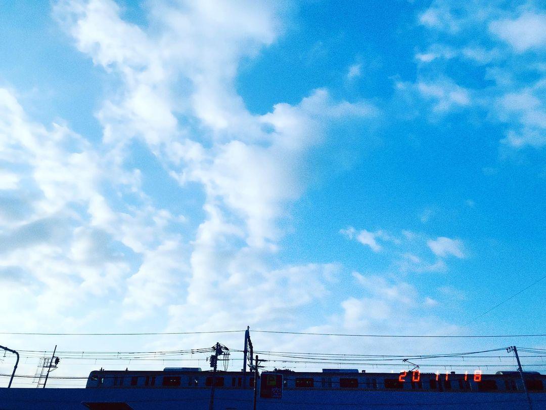 東京方面に向けて走る中央線の写真